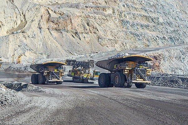 Minera de los Luksic reporta leve baja en producción y advierte sobre menor disponibilidad de agua en Los Pelambres